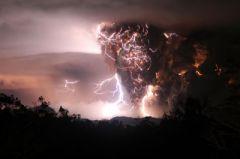 Eclair sur éruption – Le volcan Chaiten