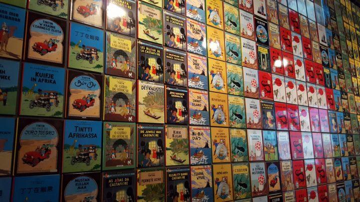 Les albums de Tintin traduits dans différentes langues au Grand Palais pour l'exposition Hergé.