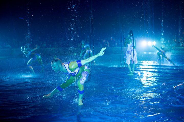 Scène de l'eau par les Farfadais pendant le spectacle équestre et aérien Quintessence de la famille Alexis Gruss et des Farfadais