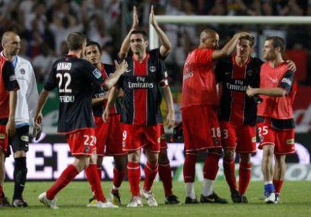 Les joueurs du PSG rendent hommage à Pedro Miguel Pauleta, le 10 mai 2008. Le Portugais fait ses adieux au Parc des Princes - REUTERS/Benoit Tessier